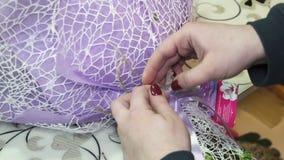 Blomsterhandlaren skapar buketter i blomsterhandel lager videofilmer