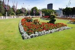 Blomsterrabatt framme av Buckingham Palace arkivfoto
