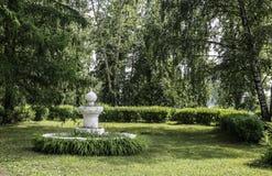 blomsterrabatt i parkera Arkivfoton