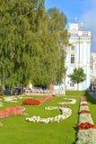 Blomsterrabatt och Catherine Palace i Tsarskoe Selo Arkivfoton