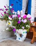Blomsterrabatt som toaletten arkivbilder