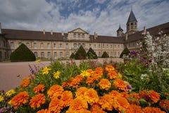 Blomsterrabattframdel av den cluny abbeyen Royaltyfria Bilder