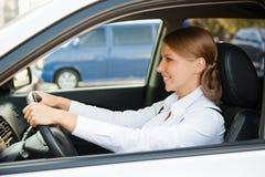 Blomstra affärskvinna som kör bilen Arkivfoto