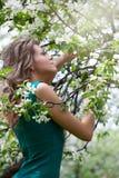blomstra flicka för appletree nära Royaltyfri Foto
