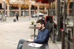 Blomstrande fröjd för försäljningschef och prata med smartphonen arkivbilder