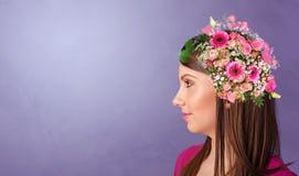 Blomstrat huvud med f?rgrika blommor arkivbild