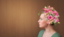 Blomstrat huvud med f?rgrika blommor royaltyfri foto