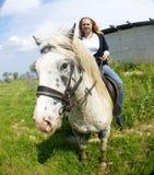 Blon Mädchen auf Pferd Lizenzfreie Stockfotografie