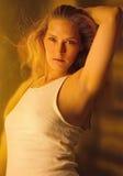 blond ärmlös tröjakvinna Arkivfoto
