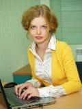 blond affärsflickastående Royaltyfri Foto