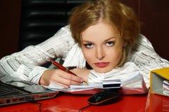 blond affärsflickastående Arkivbild