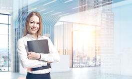 Blond affärskvinna i ett futuristiskt kontor Arkivbilder