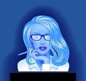 Blond affärskvinna i exponeringsglas framme av datorbildskärmen Arkivbilder