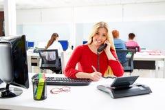 Blond affärskvinna i funktionsdugligt kontor för appellmitt Arkivbild