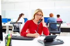 Blond affärskvinna i funktionsdugligt kontor för appellmitt Arkivfoton