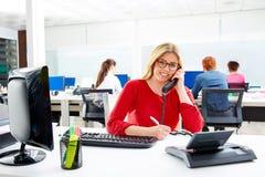 Blond affärskvinna i funktionsdugligt kontor för appellmitt Royaltyfri Fotografi