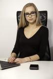 Blond affärskvinna på vit bakgrund arkivfoto