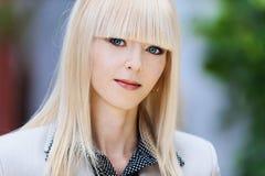 blond affärsstående Fotografering för Bildbyråer
