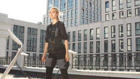 Blond angenäm flicka som använder EMS för att öka energi utbildningsmetod lager videofilmer