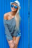 Blond-année-vieux portrait mince d'une belle femme dans le gilet photo stock