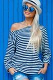 Blond-année-vieux portrait mince d'une belle femme dans le gilet image stock