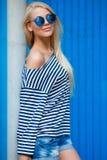 Blond-année-vieux portrait mince d'une belle femme dans le gilet photos stock