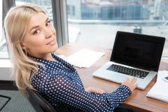 Blond atrakcyjna kobieta używa laptop zdjęcie royalty free