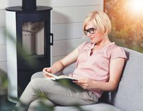 Blond attraktiv kvinnaläsebok royaltyfri bild
