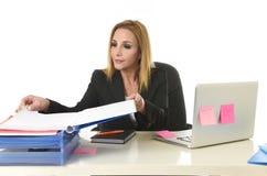 Blond attraktiv 40-talkvinna i affärsdräkten som arbetar på bärbara datorn Co Arkivfoto