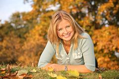 Blond auf dem Herbstgras Stockbild