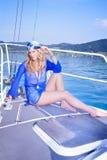 Blond auf der Yacht Stockbild