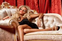 Blond auf einem Sofa Stockbilder