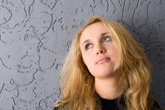 Blond auf grauem Hintergrund Lizenzfreies Stockfoto