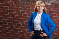 Blond auf Hintergrund von den Ziegelsteinen Stockfotos
