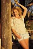 Blond auf rustikaler Spalte Stockfoto