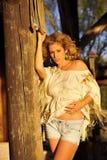 Blond auf rustikaler Spalte Lizenzfreies Stockfoto