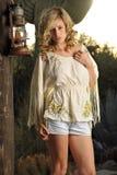 Blond auf rustikaler Spalte Lizenzfreie Stockfotos