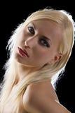 Blond auf Schwarzem Stockfoto