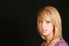 Blond auf schwarzem Hintergrund Stockfotografie