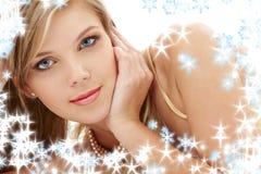 Blond aux yeux bleus mystérieux en perles Photo stock