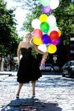 Blond avec des ballons à l'extérieur au soleil Photographie stock libre de droits