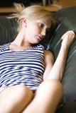 blond avslappnande kvinna Fotografering för Bildbyråer
