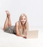 blond bärbar datorkvinna Royaltyfria Foton