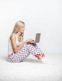 blond bärbar datorkvinna Fotografering för Bildbyråer