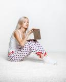 blond bärbar datorkvinna Arkivfoton
