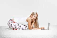 blond bärbar datorkvinna Royaltyfri Foto