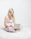 blond bärbar datorkvinna Arkivbild