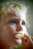 Blond babymeisje die cornflakes eten Stock Foto