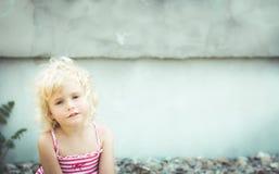 Blond babymeisje op het strand Royalty-vrije Stock Foto's