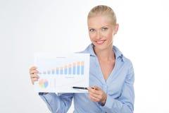 Blond biznesowa kobieta trzyma grafikę na mapie Zdjęcia Stock